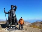У статуи бродяге