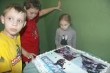 Дети в ожидании раздачи торта